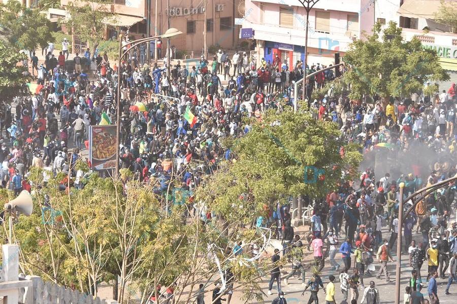 Des manifestants déterminés ont acculé les gendarmes qui étaient obligés de se replier jusqu'aux portes de la caserne Samba Diery Diallo. (IMAGES )