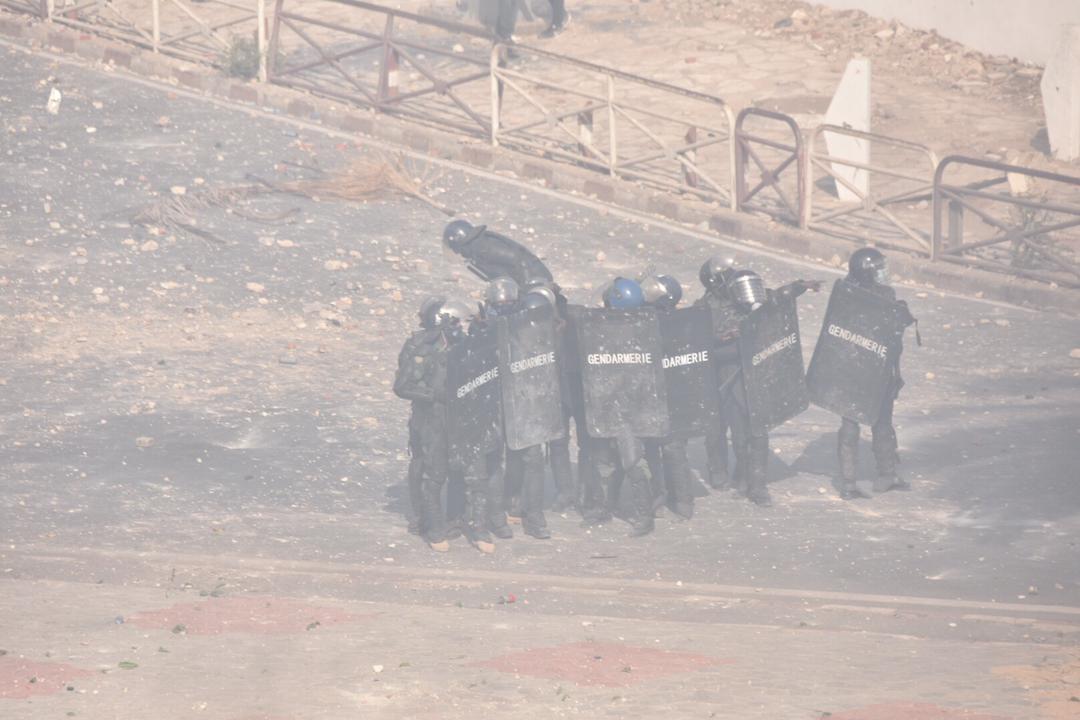 Manifestation à Colobane : Un gendarme perd la main après l'explosion d'un grenade lacrymogène.