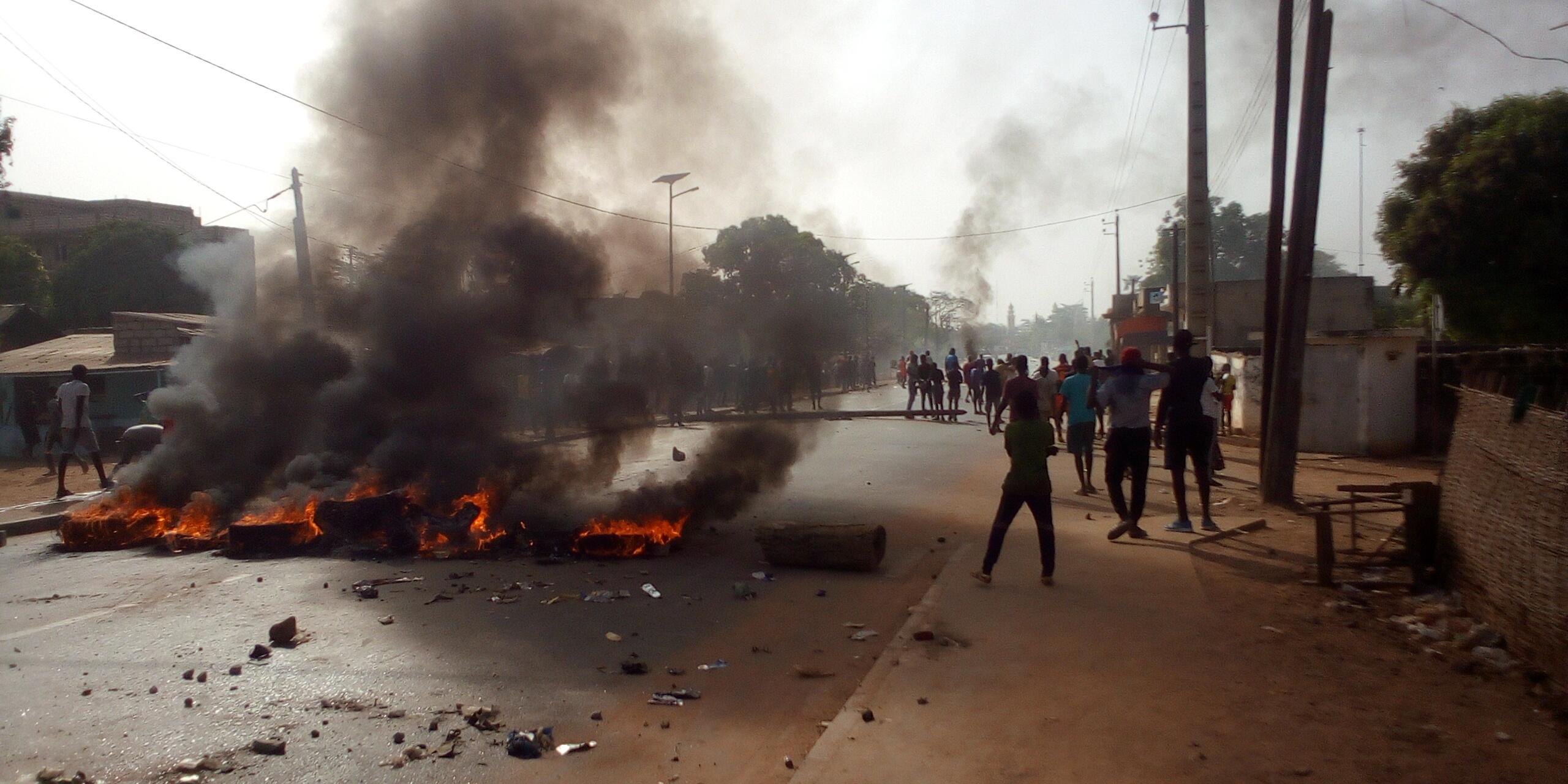 Arrestation de Sonko : Kolda en ébullition, échauffourées, symboles de l'État attaqués, pneus brûlés, routes barrées…