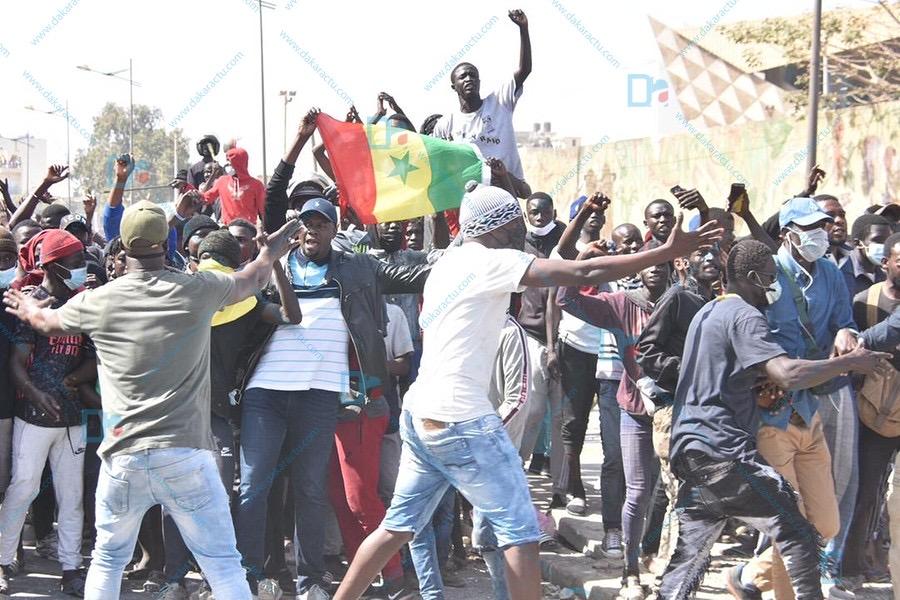 Poste de la Médina : Les manifestants acclament les forces de l'ordre.