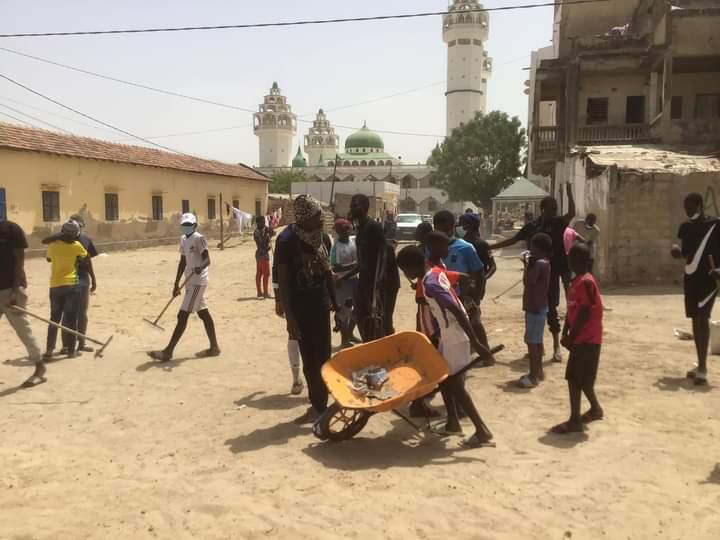 Ziarra annuelle 2021 à Léona Niassène : Des jeunes nettoient la cité avant le 13 mars prochain (images).