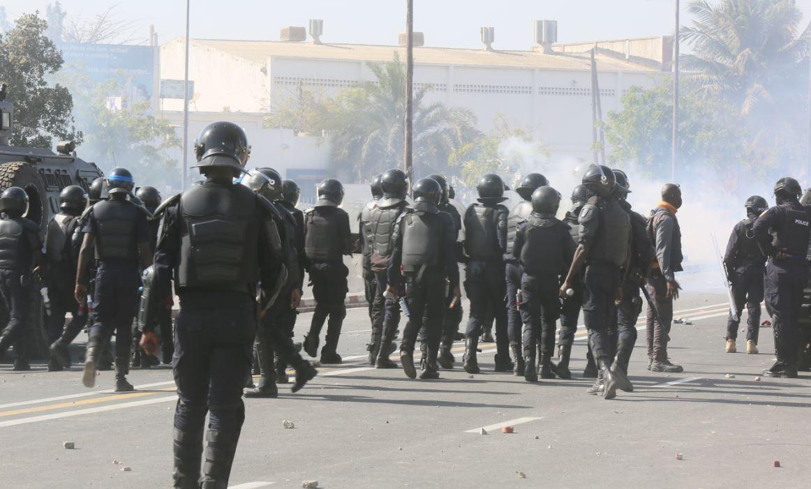 Rassemblement à la place de la nation : la police et la gendarmerie dispersent les foules et récupèrent le contrôle de la zone.