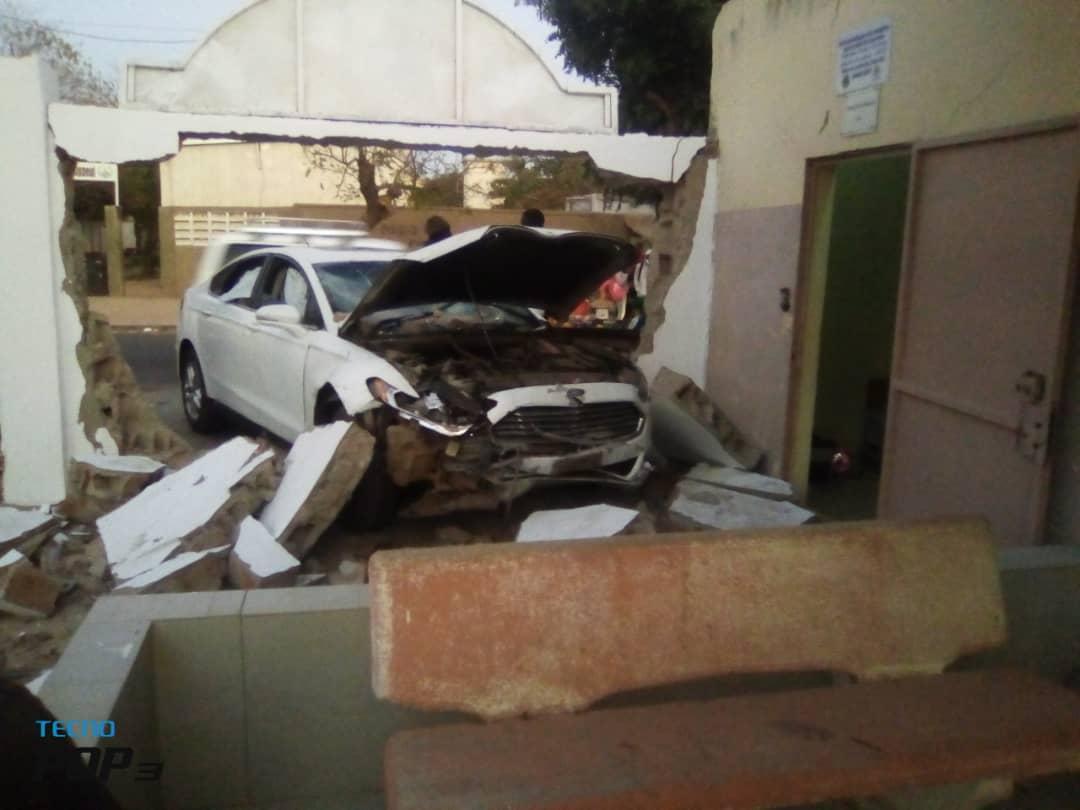 Dieuppeul : Comment un véhicule a terminé sa course sur le mur d'une école élémentaire.