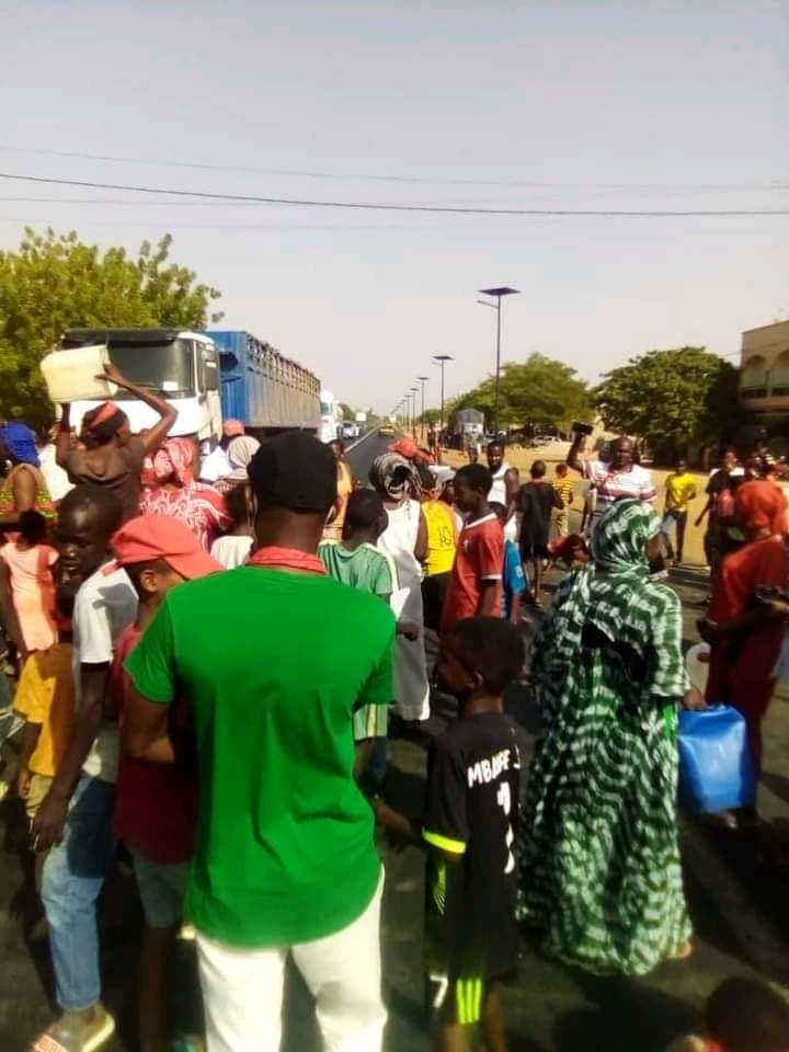Kaolack : La population de Kabatoki qui a soif, barre la Rn1 (Images).