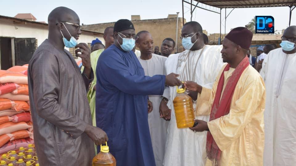 (IMAGES À TOUBA) Serigne Bassirou  Mbacké Khadim Awa Bâ offre des vivres aux populations et à Touba Ça Kanam