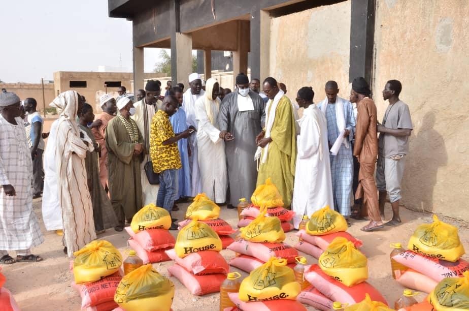 ( IMAGES À KÉBÉMER)- Serigne Bassirou Mbackè Khadim Awa Bâ remettant des denrées alimentaires aux daara et aux familles déshéritées