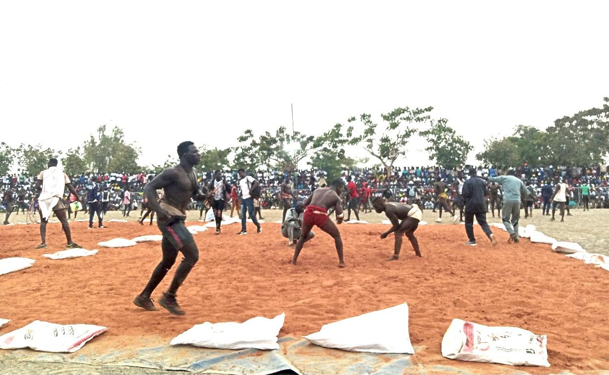 """Méga """"Mbapatt"""" : Luc Nicolaï réunit la crème des lutteurs traditionnels dans le stade municipal de Nianing."""