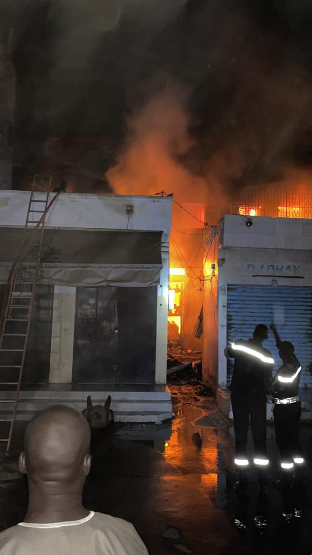 Bilan provisoire de l'incendie au marché central de Kaolack : 05 cantines, un magasin et un dépôt ravagés par les flammes.