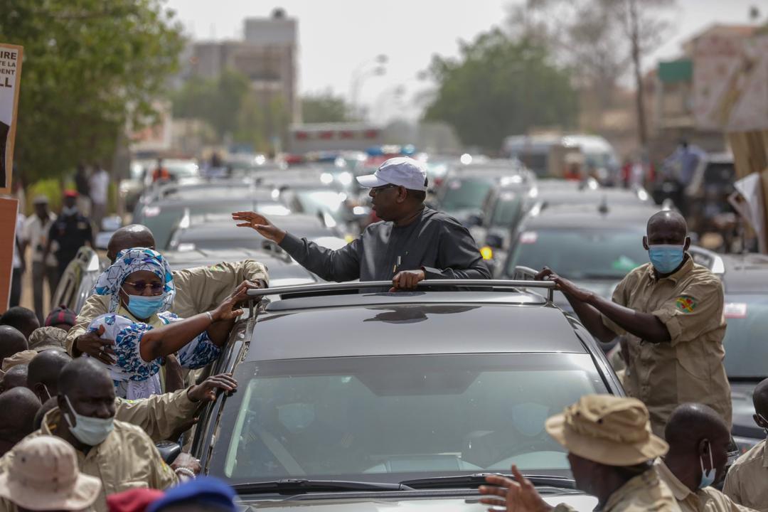 Kaolack : Le président Macky Sall installe confortablement Mariama Sarr sur son véhicule et salue ses alliés.
