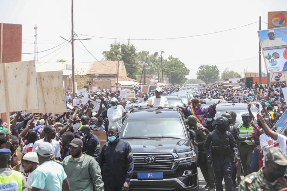 Koungheul / Tournée économique : Malgré les jets de pierre, des milliers de jeunes mobilisés derrière Mayacine Camara ont plébiscité le chef de l'État.