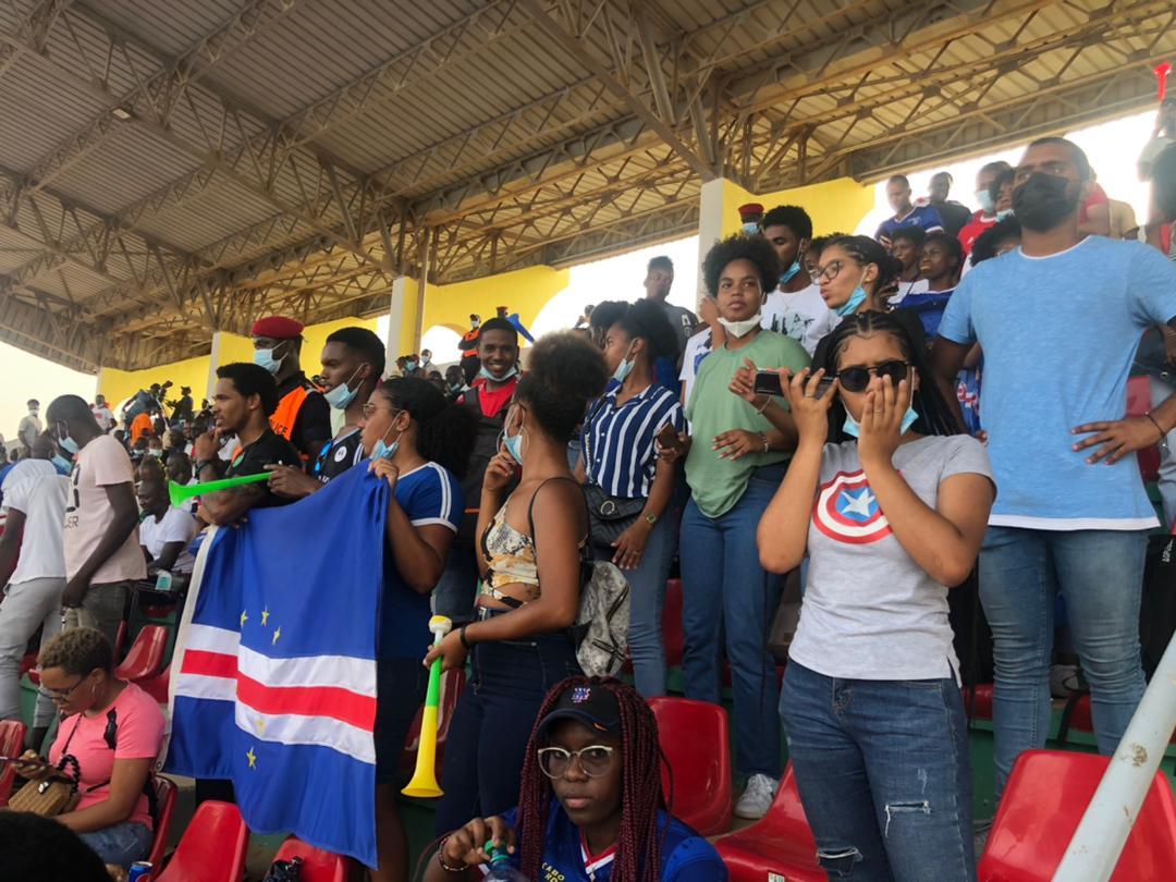Ambiance à Lat Dior : Les supporters Cap-Verdiens mettent le feu à Thiès !