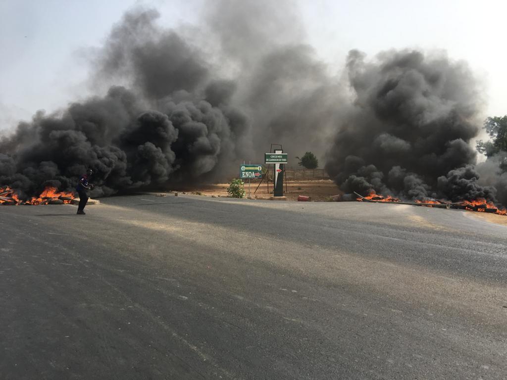 Université de Thiès : Les étudiants barrent la route, brulent des pneus et incendient une voiture.