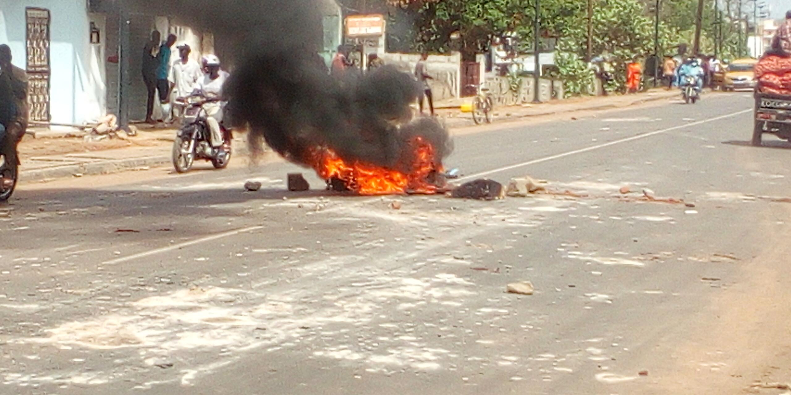 Dix mois sans cours : les étudiants de l'UVS de Kolda brûlent des pneus, paralysent le système scolaire et affrontent les forces de l'ordre…