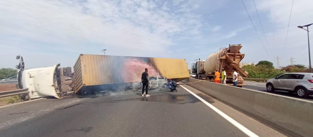 Autoroute à péage / Axe Rufisque-AIBD : Un camion porte conteneur se renverse et prend feu…