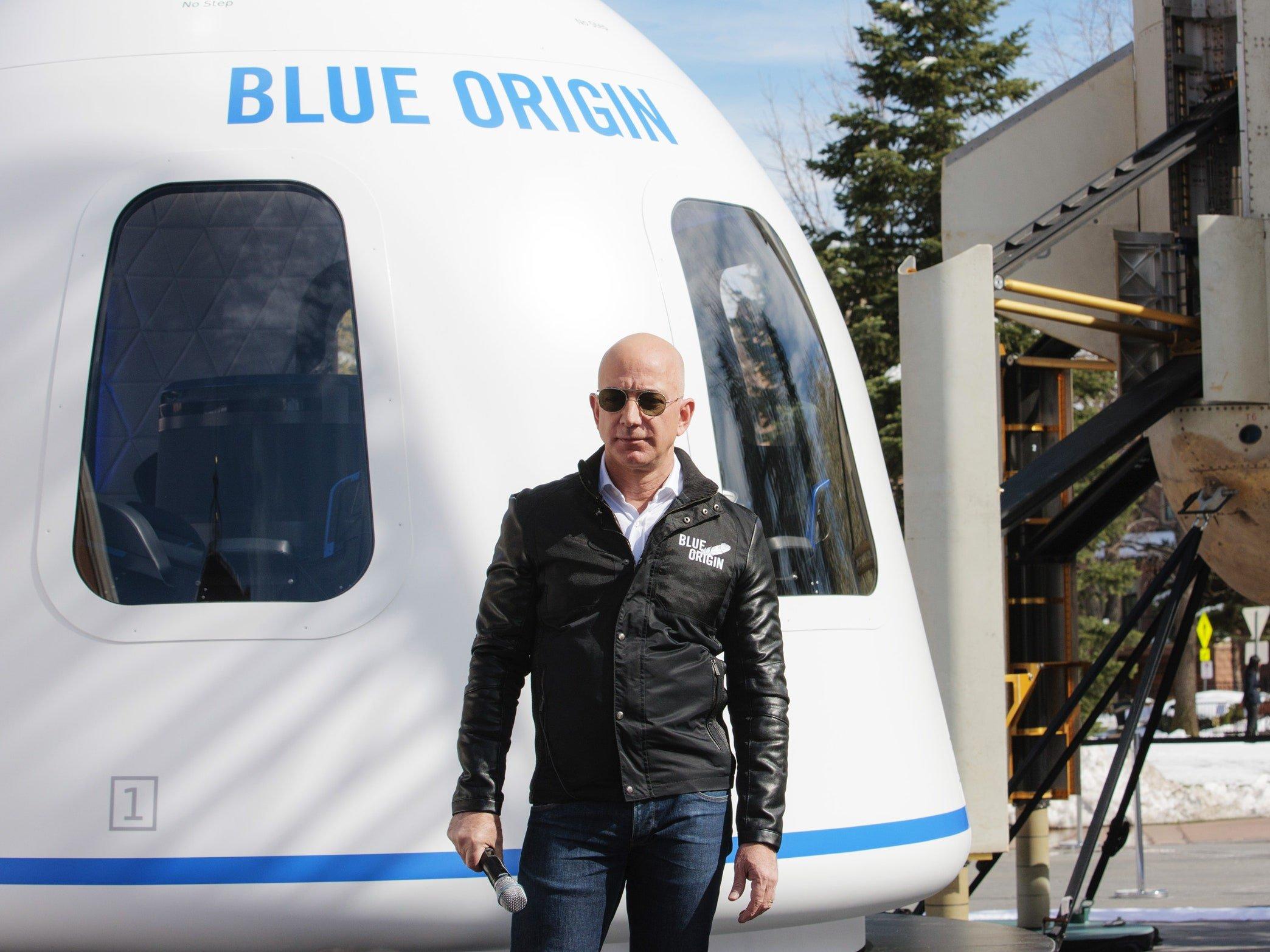 Tourisme spatial : Le milliardaire américain, Jeff Bezos a atterri avec succès après son premier vol dans l'espace.