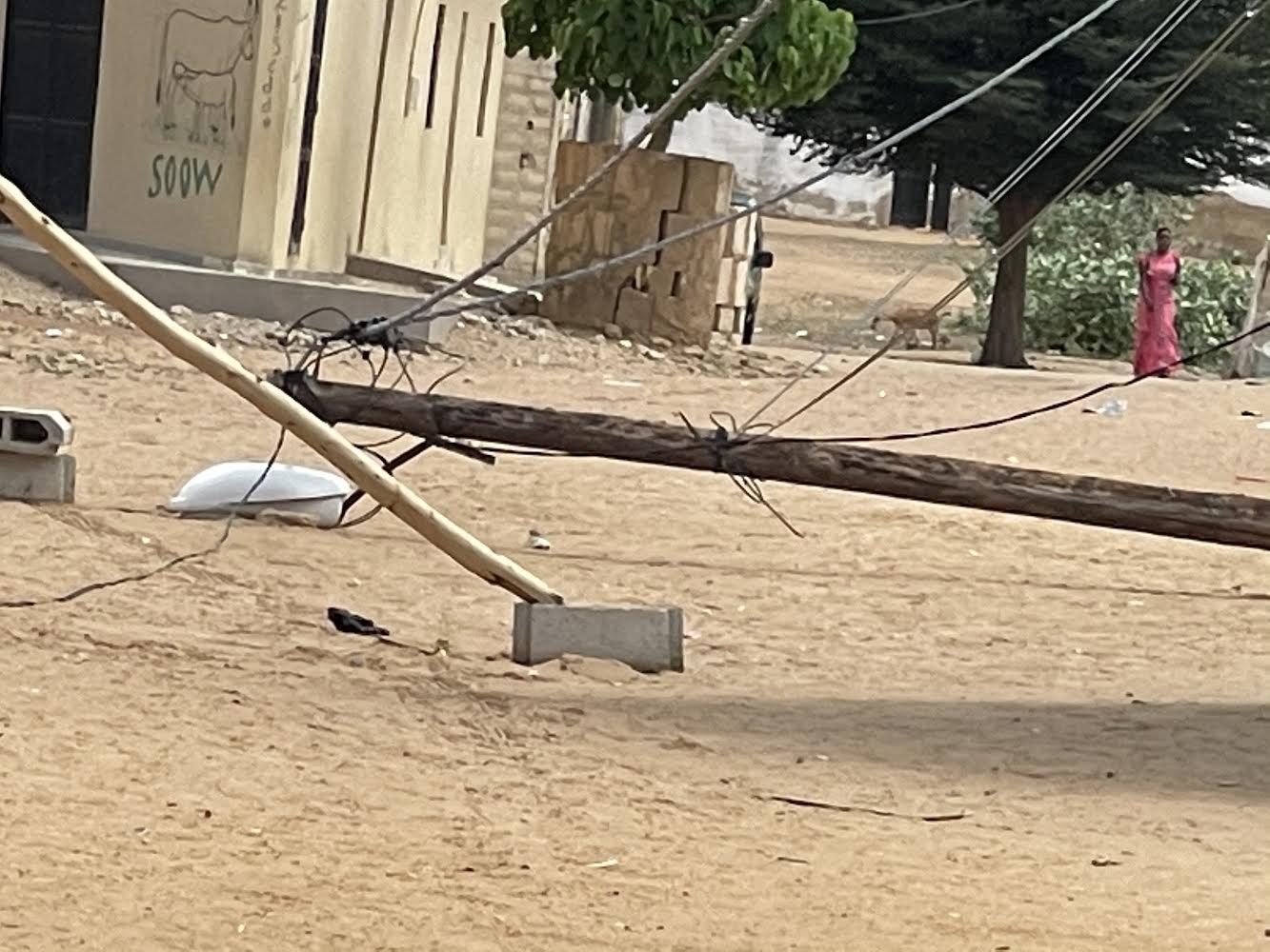 SENELEC / Arrêt sur image à Mbacké - Un poteau électrique gît par terre en plein hivernage.