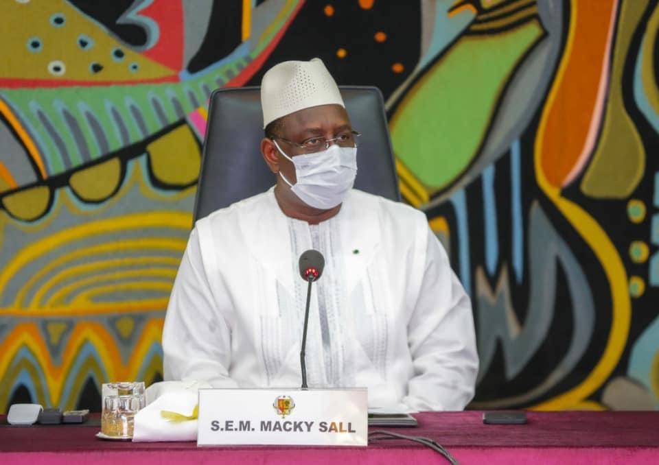 Macky Sall lors de la réunion d'urgence sur la gestion des inondations : « Si les choses ne marchent pas, on a besoin de savoir la situation… les gens ont habité dans des zones non aedificandi avec des complicités administratives ou territoriales »