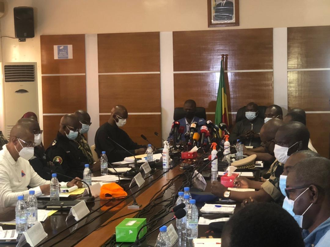 Mise en oeuvre du plan ORSEC : les services de l'État en réunion pour organiser les secours.