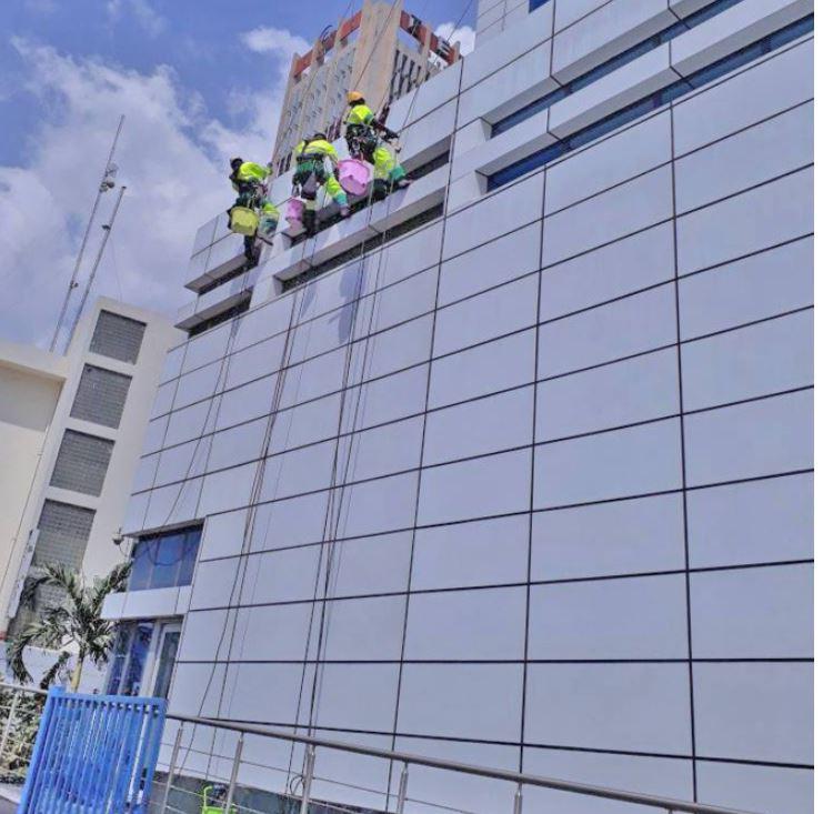 Incendie au 10ème étage du building : la société française « Dooke », spécialisée dans le nettoyage des baies vitrées, impliquée dans le sinistre