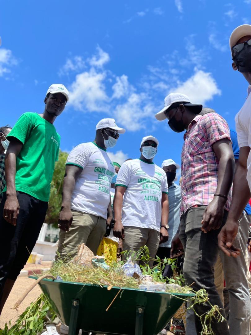 WADIAL MAGAL GUI / Grande mobilisation à l'actif du Directeur de l'Emploi qui a mobilisé 1.500 jeunes et femmes pour une journée de nettoiement.