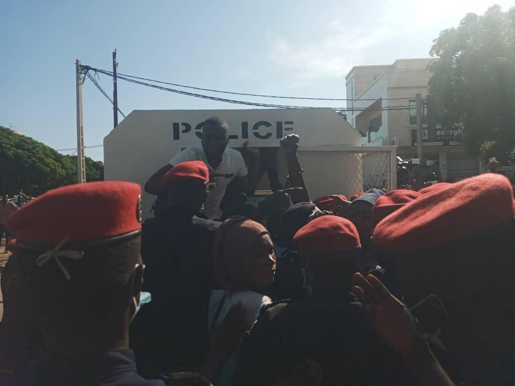 Manifestation contre la cherté de la vie : Guy Marius Sagna et Abdou Karim Guèye sont arrivés à la place de la nation enfermés dans leurs véhicules.