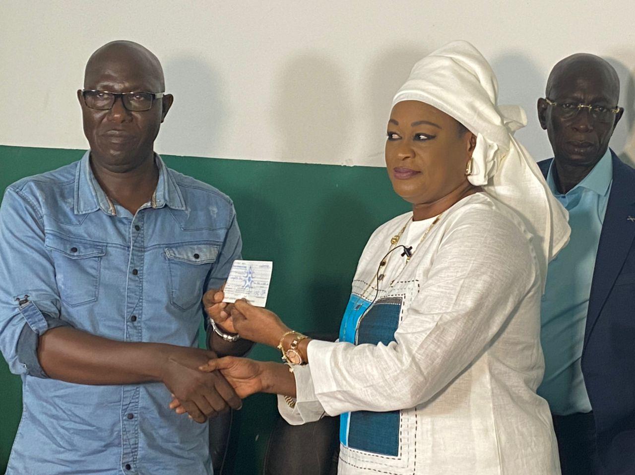 Chèque et enveloppe remis par le commandant de l'aéroport de Ziguinchor Madame khady THIAM DIAWARA