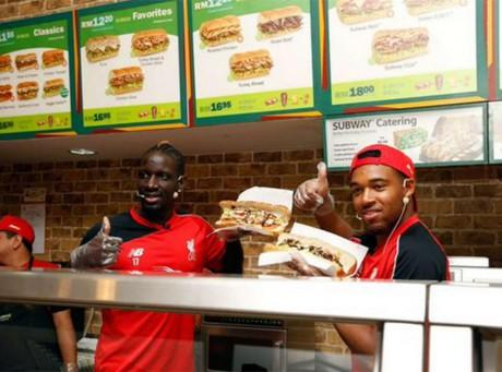 Mamadou Sakho :  Le célèbre footballeur français officiant dans un... fast-food !