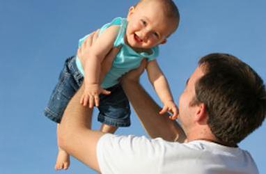 La paternité en jeune âge augmenterait le risque de mortalité hâtive
