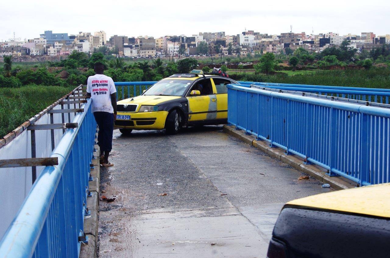 INSOLITE : des taxis prennent la passerelle des piétons sur l'autoroute à péage (IMAGES)