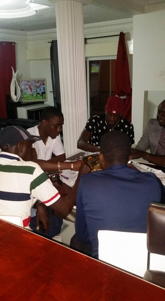 Instant- gourmand : Le footballeur Ibou Touré déguste son thièb en compagnie de Wally Seck