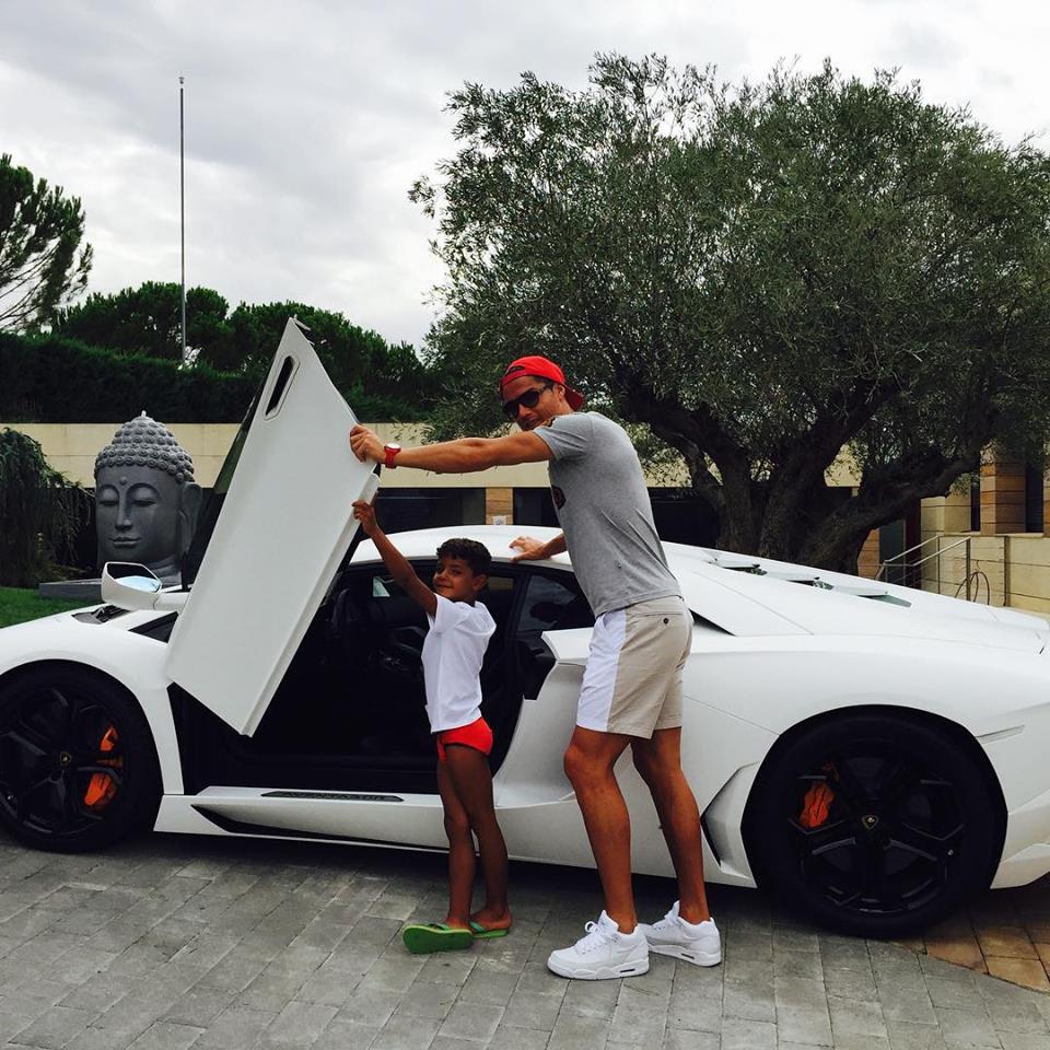 Cristiano Ronaldo : en papa-poule, au volant d'une superbe voiture