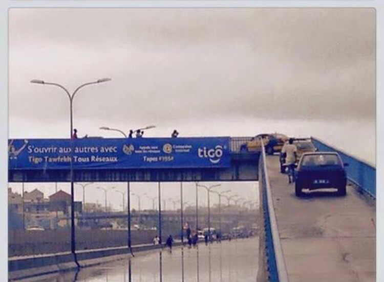 Une photo qui montre bien qu'il n'y avait pas seulement que des Taxis sur la passerelle piétonne