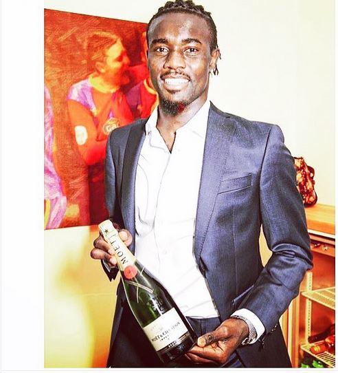 Élu homme du match Crystal Palace/Arsenal : Souaré pose avec sa bouteille....