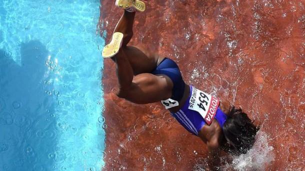 La grosse chute d'une athlète dans la fosse remplie d'eau aux Mondiaux d'Athlétisme !
