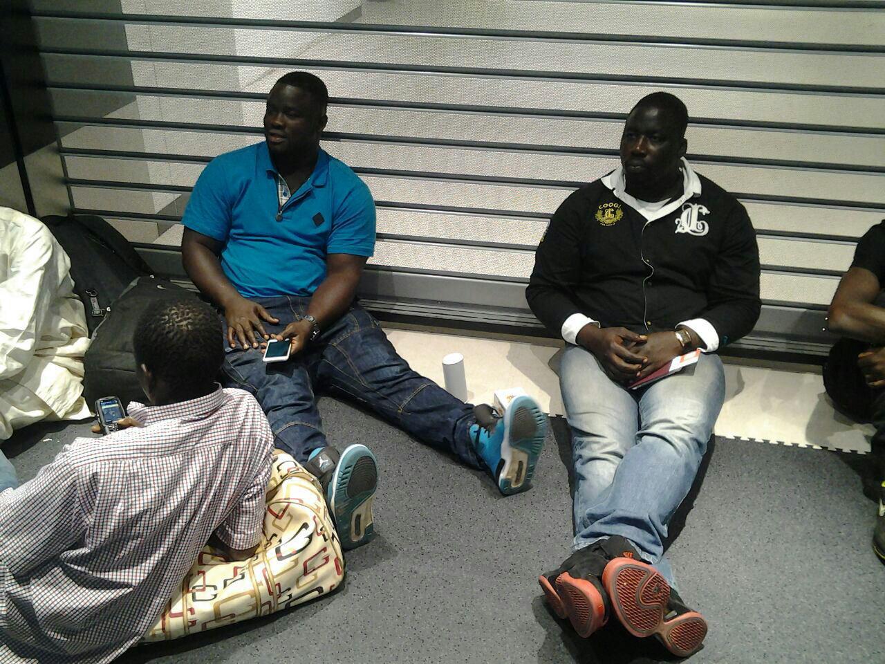 Nuit de l'arène : Les lutteurs qui patientent comme ils peuvent à l'aéroport (Images)