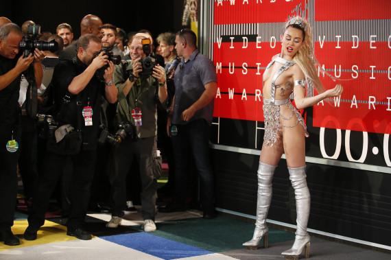 Miley Cyrus (presque nue) à son arrivée aux MVAs.