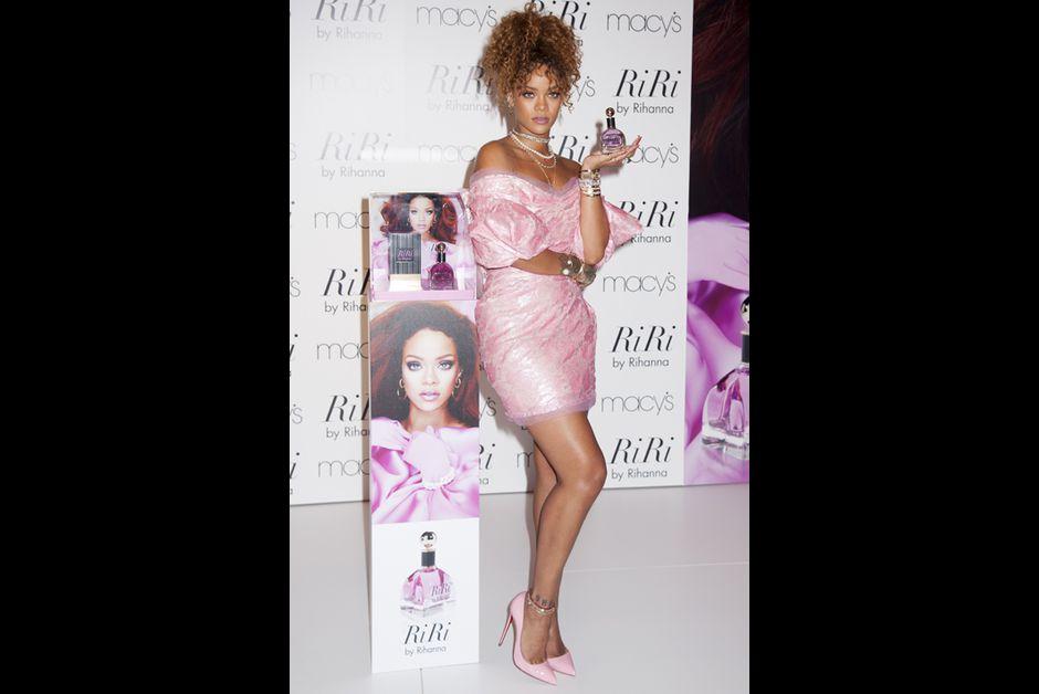 """Elle sort son parfum """"RiRi"""" - Rihanna, en rose bonbon pour la promotion"""