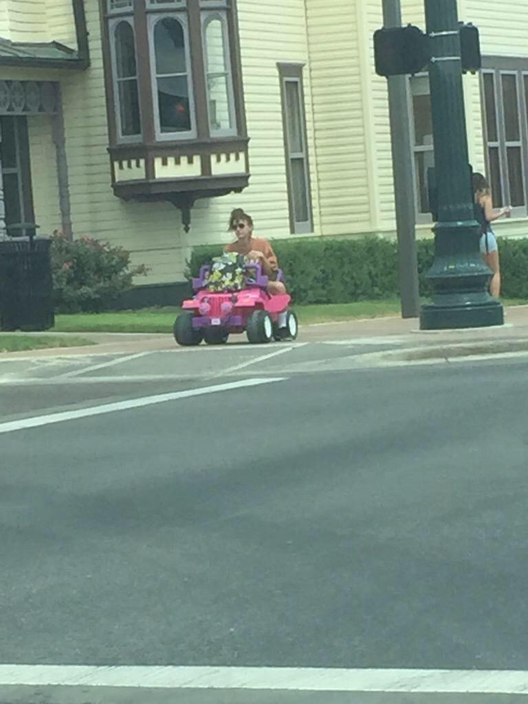 Elle se fait retirer son permis, elle décide de rouler en…voiture Barbie !