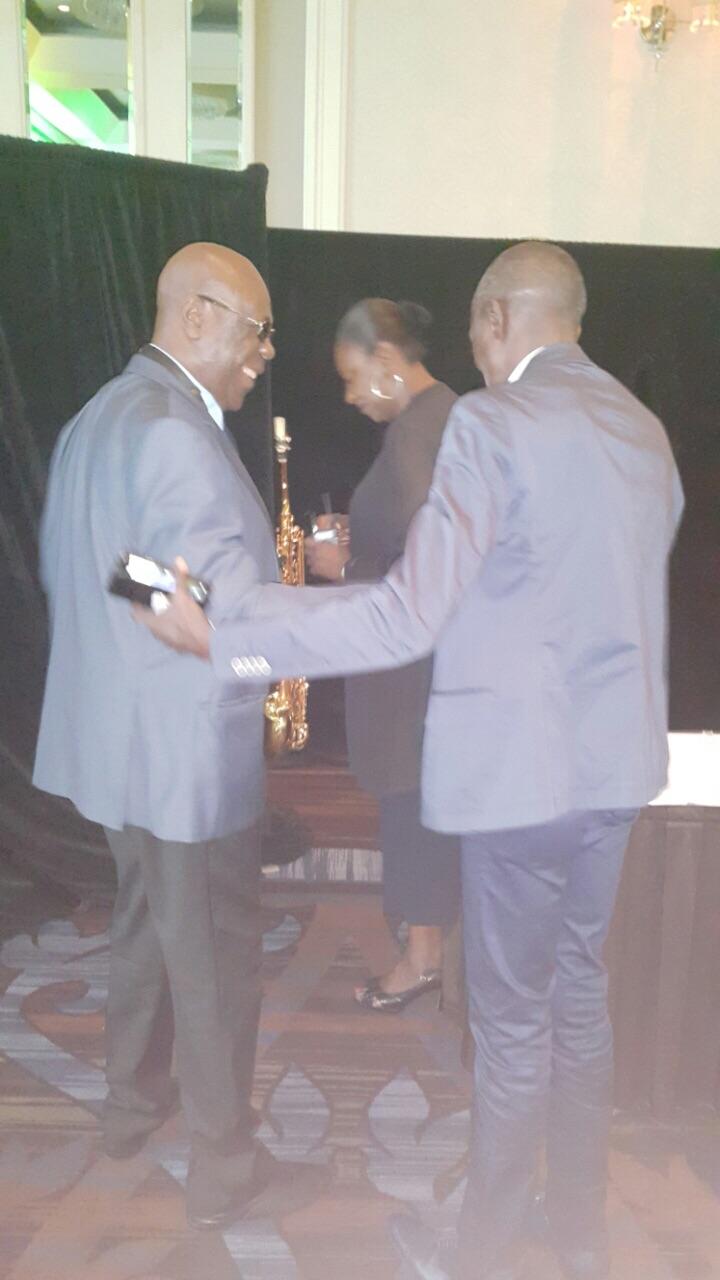 Le journaliste Johnson mbengue raccompagnant le roi de la makossa Manu Dibango après sa prestation, dans la soirée d'hier, à l'hôtel Sheraton de Montréal.