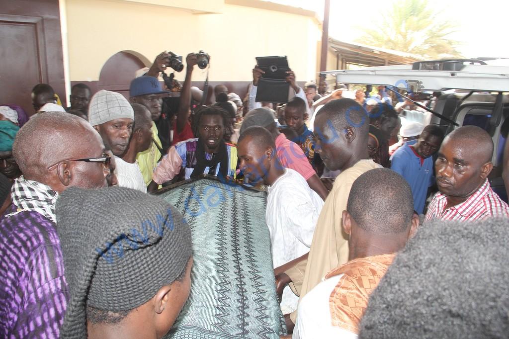 Cérémonie de levée du corps de Moussa N'gom : Seydou Guèye, M'bagnick N'diaye et Youssou N'dour ont présenté les condoléances de Macky Sall qui a vu en Moussa N'gom un « exemple »