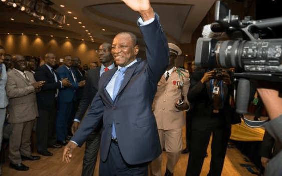 Guinée : majorité absolue pour le président sortant Alpha Condé au 1er tour (Jeune Afrique)