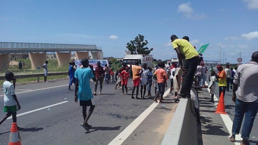 Retard sur la réparation de la passerelle : les populations de Rufisque manifestent et barrent l'autoroute à péage (IMAGES)