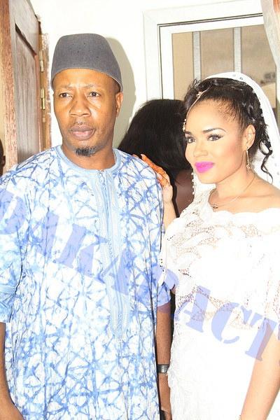 Paco Jackson Thiam pose avec la mariée Rama Aidara Ndiaye
