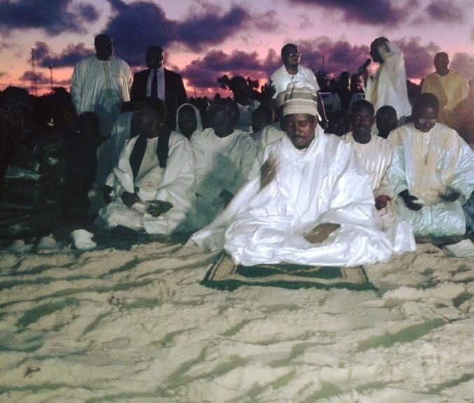 (Images) Waajal Magal 2015   Gabon   Port-Gentil   Serigne Bassirou Mbacké Abdou Khadre, dirigeant la prière !