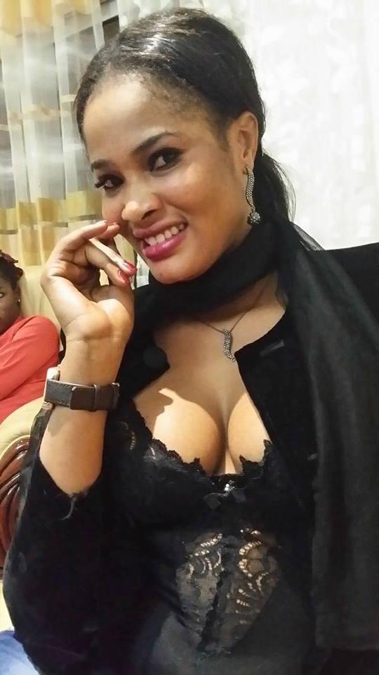 Le décolleté provocateur de Soumboulou Bathily, actrice principale de la série Wiri Wiri