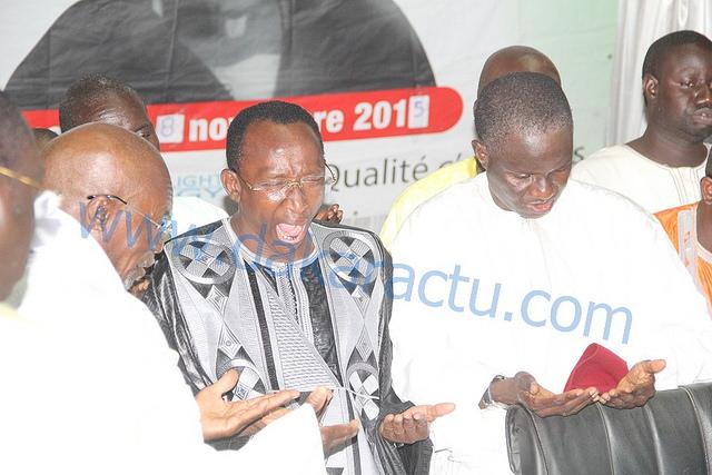 """INSOLITE-Journée """"Fataalikou Serigne Fallou"""" : Pendant que le marabout priait pour la foule, Abdoulaye Mbaye Pekh se tape un énorme bâillement"""
