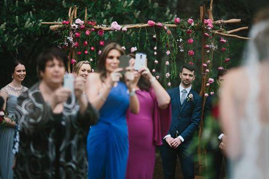 Un photographe de mariage explique pourquoi il faut interdire les portables durant la cérémonie