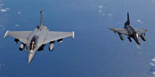 Dix chasseurs français bombardent actuellement Raqqa, fief de l'EI en Syrie (ministre de la Défense)