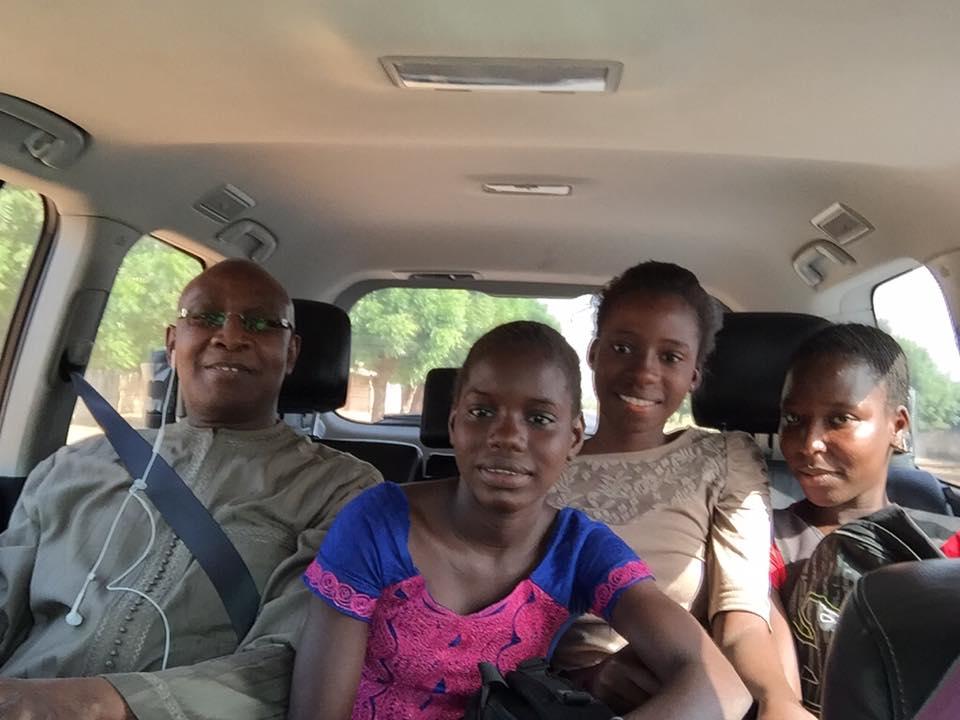 Le ministre Serigne M'baye Thiam prend en auto-stop des élèves (Photo)