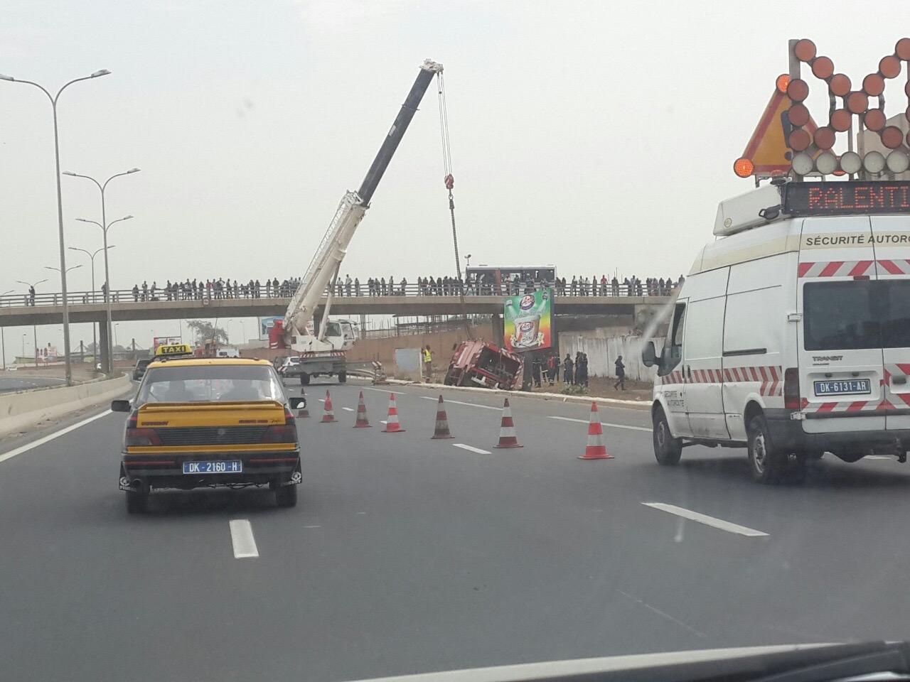Autoroute à péage : Un camion des sapeurs-pompiers fait une sortie de route et termine sa course sur le bas côté
